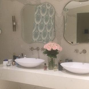 Ispirazione per una grande stanza da bagno padronale stile shabby con vasca da incasso, piastrelle beige, piastrelle in ceramica, pareti beige, pavimento con piastrelle in ceramica, lavabo da incasso, top piastrellato, pavimento beige e top beige
