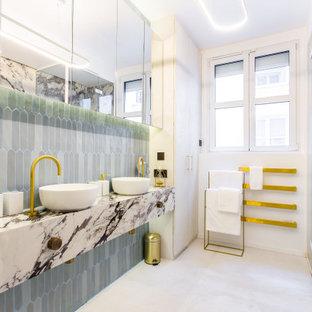 Cette image montre une salle de bain principale design de taille moyenne avec un placard à porte affleurante, des portes de placard grises, une baignoire encastrée, une douche à l'italienne, un WC suspendu, un carrelage bleu, des carreaux de céramique, un mur multicolore, béton au sol, un lavabo posé, un plan de toilette en marbre, un sol gris, une cabine de douche à porte battante, un plan de toilette multicolore, meuble double vasque, meuble-lavabo encastré et un plafond décaissé.