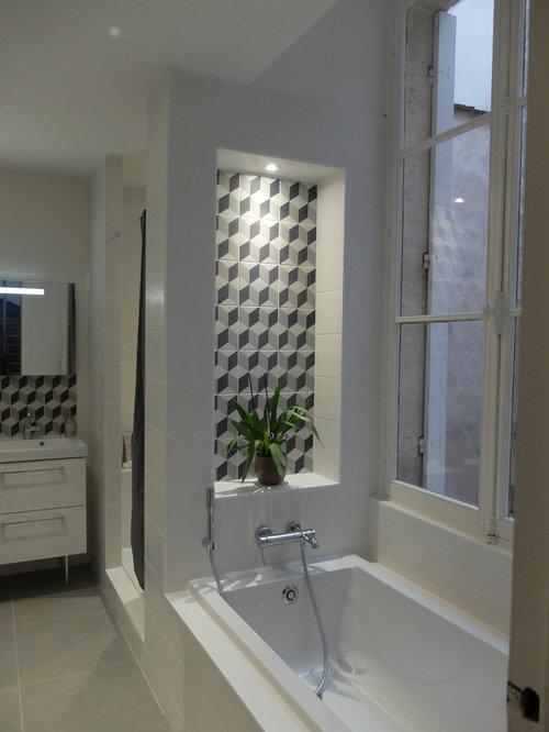 Salle de bain avec une baignoire encastr e et des carreaux de b ton photos - Taille moyenne salle de bain ...