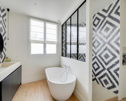Salle de bain avec un sol en bois clair photos et id es for Salle de bain sol bois clair
