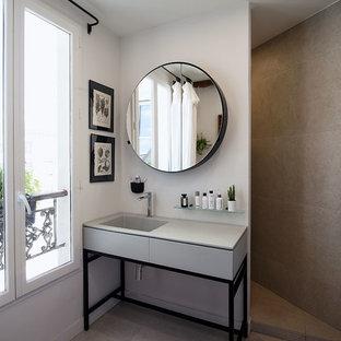 Idées déco pour une salle de bain principale contemporaine de taille moyenne avec un placard à porte plane, des portes de placard grises, un carrelage gris, un mur gris, un lavabo intégré, un sol gris et un plan de toilette gris.