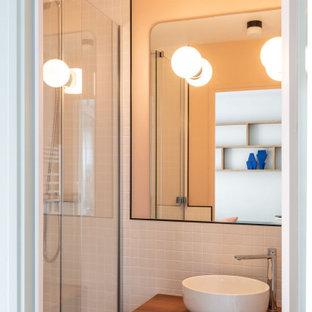 Idée de décoration pour une petit douche en alcôve principale design avec un carrelage blanc, des carreaux de céramique, un plan de toilette en bois, une cabine de douche à porte coulissante, une niche, meuble simple vasque, meuble-lavabo suspendu, un placard à porte plane, des portes de placard en bois sombre, un mur orange, une vasque et un plan de toilette marron.
