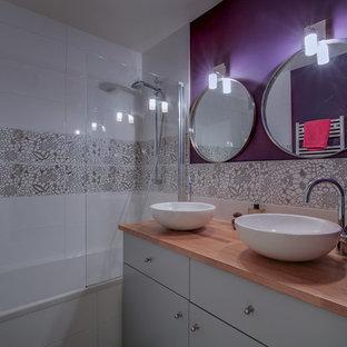 Kleines Skandinavisches Badezimmer En Suite mit Unterbauwanne, weißen Fliesen, lila Wandfarbe, Keramikboden, Aufsatzwaschbecken, Waschtisch aus Holz und grauem Boden in Paris