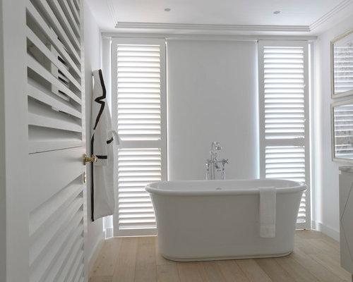 cette photo montre une salle de bain principale chic de taille moyenne avec des portes de