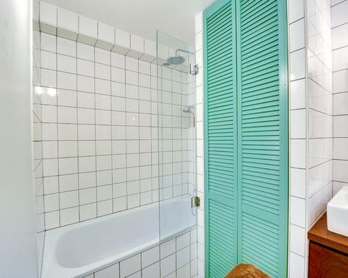 Cette Photo Montre Une Salle De Bain Principale Rtro Avec Un Placard Porte Persienne