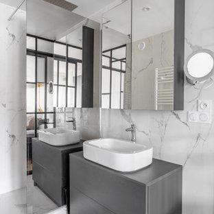 Réalisation d'une salle de bain principale design de taille moyenne avec un placard à porte plane, des portes de placard grises, un carrelage gris, une vasque, un sol gris, un plan de toilette gris, meuble simple vasque et meuble-lavabo encastré.