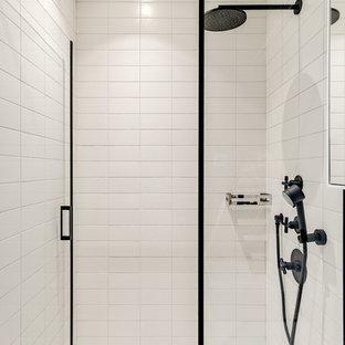 Неиссякаемый источник вдохновения для домашнего уюта: маленькая ванная комната в скандинавском стиле с фасадами с декоративным кантом, светлыми деревянными фасадами, угловым душем, белой плиткой, плиткой кабанчик, белыми стенами, бетонным полом, душевой кабиной, накладной раковиной, столешницей из искусственного камня, серым полом, душем с распашными дверями и белой столешницей