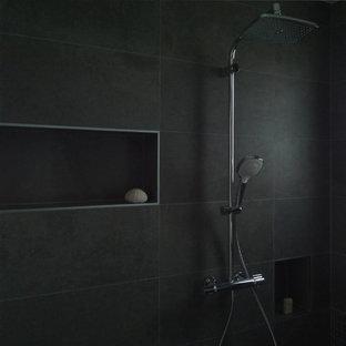 Foto di una stanza da bagno padronale minimalista di medie dimensioni con ante a filo, ante beige, doccia a filo pavimento, WC sospeso, piastrelle grigie, piastrelle a mosaico, pareti grigie, pavimento con piastrelle in ceramica, lavabo rettangolare, top piastrellato, pavimento grigio e doccia aperta