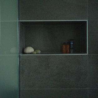 Ispirazione per una stanza da bagno padronale minimalista di medie dimensioni con ante a filo, ante beige, doccia a filo pavimento, WC sospeso, piastrelle grigie, piastrelle a mosaico, pareti grigie, pavimento con piastrelle in ceramica, lavabo rettangolare, top piastrellato, pavimento grigio e doccia aperta