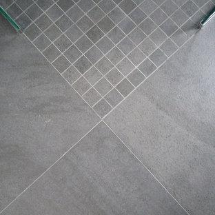Idee per una stanza da bagno padronale minimal di medie dimensioni con ante a filo, ante beige, doccia a filo pavimento, WC sospeso, piastrelle grigie, piastrelle a mosaico, pareti grigie, pavimento con piastrelle in ceramica, lavabo rettangolare, top piastrellato, pavimento grigio e doccia aperta
