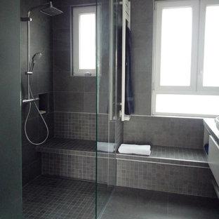 パリの中サイズのモダンスタイルのおしゃれなマスターバスルーム (インセット扉のキャビネット、ベージュのキャビネット、段差なし、壁掛け式トイレ、グレーのタイル、モザイクタイル、グレーの壁、セラミックタイルの床、横長型シンク、タイルの洗面台、グレーの床、オープンシャワー) の写真
