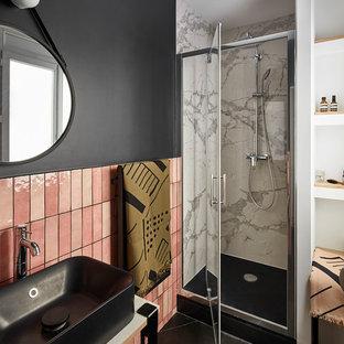 Aménagement d'une petit salle de bain contemporaine avec un placard sans porte, un carrelage rose, des carreaux en terre cuite, un mur noir, un sol en carrelage de céramique, un plan de toilette en marbre, un sol noir, une cabine de douche à porte battante, un plan de toilette blanc et une vasque.
