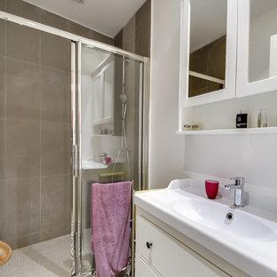 Foto de cuarto de baño con ducha, clásico renovado, pequeño, con armarios con rebordes decorativos, puertas de armario beige, ducha a ras de suelo, baldosas y/o azulejos beige, baldosas y/o azulejos de cerámica, paredes beige, suelo de azulejos de cemento y lavabo tipo consola