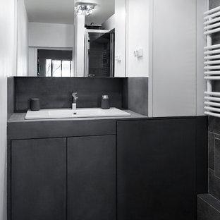 Immagine di una piccola stanza da bagno padronale scandinava con ante a filo, ante grigie, doccia alcova, WC sospeso, piastrelle grigie, pareti grigie, lavabo sottopiano, top in cemento, pavimento grigio, porta doccia scorrevole e top grigio
