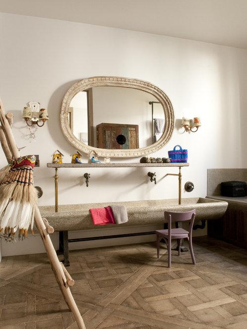 cette image montre une grande salle de bain bohme pour enfant avec une grande vasque