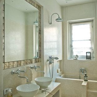 Idée de décoration pour une salle de bain principale tradition de taille moyenne avec un placard sans porte, des portes de placard beiges, une baignoire encastrée, une douche ouverte, un mur beige, une vasque et aucune cabine.