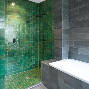 Idée de décoration pour une douche en alcôve principale design de taille moyenne avec un carrelage gris, un carrelage vert, un mur gris et une baignoire posée.