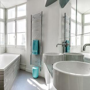 Idée de décoration pour une salle de bain principale et beige et taupe design de taille moyenne avec des portes de placard blanches, une baignoire posée, un combiné douche/baignoire, un carrelage beige, un carrelage blanc, un carrelage métro, un mur blanc et une vasque.