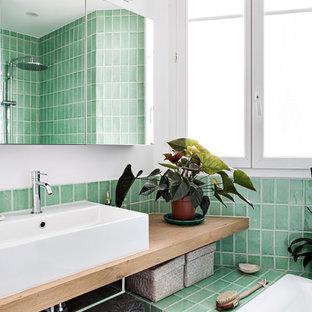 Inspiration pour une salle de bain principale design de taille moyenne avec un placard sans porte, une baignoire encastrée, un WC séparé, un carrelage vert, des carreaux de céramique, un mur blanc, un sol en carrelage de céramique, un lavabo posé, un plan de toilette en bois, un sol blanc, buanderie, meuble simple vasque et meuble-lavabo suspendu.
