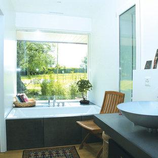 Esempio di una grande stanza da bagno padronale contemporanea con vasca ad alcova, piastrelle bianche, pareti bianche, lavabo rettangolare, top in cemento, doccia aperta e top grigio