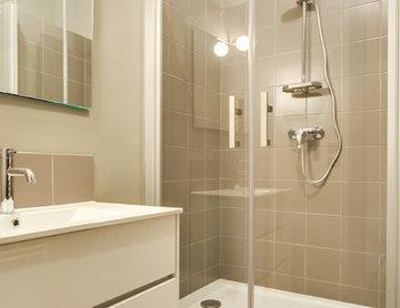 Petite salle de bain où rien ne manque