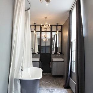 Foto di una stanza da bagno padronale boho chic di medie dimensioni con vasca freestanding, pareti grigie, lavabo a bacinella e pavimento in terracotta