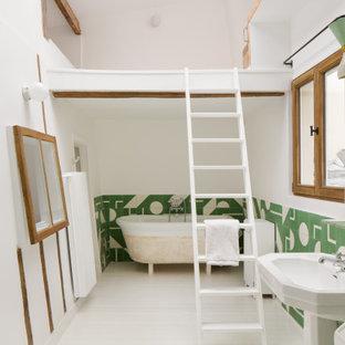 Idée de décoration pour une salle de bain design avec une baignoire sur pieds, un carrelage vert, un mur blanc, un sol en bois peint, un lavabo de ferme, un sol blanc et meuble simple vasque.