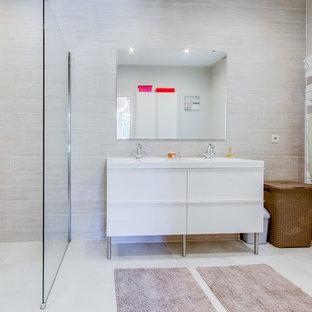 Idées déco pour une salle d'eau contemporaine de taille moyenne avec un placard à porte plane, des portes de placard blanches, un carrelage beige, un lavabo intégré, une douche à l'italienne et un mur beige.