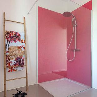 Foto di una piccola stanza da bagno con doccia minimalista con doccia a filo pavimento, pareti rosa, pavimento in cemento e pavimento beige