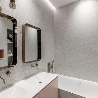 Exemple d'une salle de bain tendance avec un placard à porte plane, une baignoire posée, un combiné douche/baignoire, un carrelage multicolore, un mur multicolore et une grande vasque.