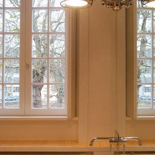 レンヌの大きいコンテンポラリースタイルのおしゃれなマスターバスルーム (アンダーマウント型浴槽、段差なし、赤いタイル、ミラータイル、白い壁、竹フローリング、ベッセル式洗面器、木製洗面台、ベージュの床、開き戸のシャワー) の写真