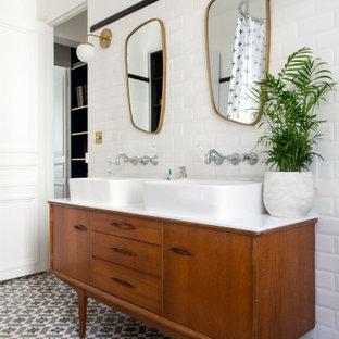 Idée de décoration pour une grand salle d'eau design avec un placard en trompe-l'oeil, des portes de placard en bois brun, un carrelage blanc, un mur blanc, une vasque, un sol multicolore, un plan de toilette blanc, meuble double vasque et meuble-lavabo sur pied.