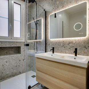 Idée de décoration pour une douche en alcôve principale design de taille moyenne avec une cabine de douche à porte coulissante, un plan de toilette blanc, meuble double vasque, meuble-lavabo sur pied, un placard à porte affleurante, des portes de placard beiges, un carrelage gris, des carreaux de céramique, un mur gris, un sol en carrelage de céramique, un lavabo encastré, un plan de toilette en surface solide, un sol gris et buanderie.