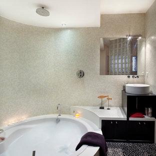 Idéer för att renovera ett mellanstort funkis en-suite badrum, med ett fristående handfat, svarta skåp, en dusch/badkar-kombination, beige kakel, mosaik, beige väggar, klinkergolv i småsten och en jacuzzi