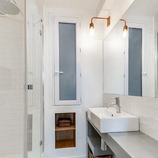 Foto de cuarto de baño con ducha, nórdico, pequeño, con paredes blancas, encimera de cemento, baldosas y/o azulejos blancos, baldosas y/o azulejos de cemento, lavabo sobreencimera, armarios abiertos y ducha empotrada