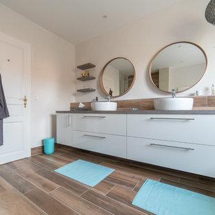 Idee per una grande stanza da bagno padronale design con ante bianche, vasca idromassaggio, doccia ad angolo, piastrelle bianche, piastrelle in ardesia, pareti bianche, lavabo a consolle, top in cemento, doccia aperta e top grigio