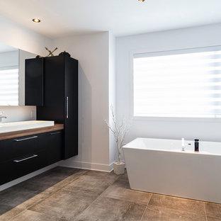 Idee per una stanza da bagno padronale design di medie dimensioni con ante lisce, ante nere, vasca giapponese, zona vasca/doccia separata, piastrelle nere, piastrelle in ceramica, pareti grigie, lavabo a bacinella, top in laminato, pavimento grigio e porta doccia scorrevole