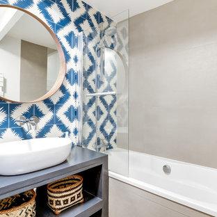 Esempio di una stanza da bagno padronale minimal con nessun'anta, vasca sottopiano, piastrelle blu, piastrelle di cemento, pareti grigie, lavabo da incasso e top in cemento
