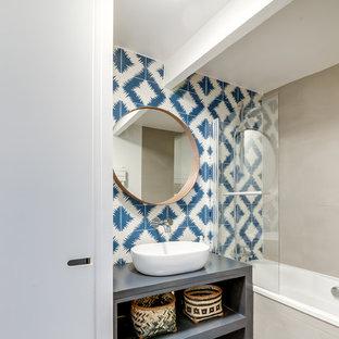 Foto de cuarto de baño principal, exótico, de tamaño medio, con armarios abiertos, bañera encastrada sin remate, baldosas y/o azulejos azules, baldosas y/o azulejos de cemento, paredes grises, suelo de cemento, encimera de cemento y lavabo sobreencimera