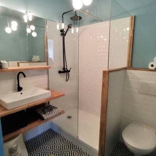 Idéer för att renovera ett litet retro orange oranget badrum med dusch, med en vägghängd toalettstol, vit kakel, tunnelbanekakel, blå väggar, klinkergolv i keramik, ett nedsänkt handfat, träbänkskiva och flerfärgat golv