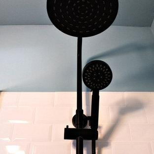 Свежая идея для дизайна: маленькая ванная комната в стиле ретро с инсталляцией, белой плиткой, плиткой кабанчик, синими стенами, полом из керамической плитки, душевой кабиной, накладной раковиной, столешницей из дерева, разноцветным полом и оранжевой столешницей - отличное фото интерьера