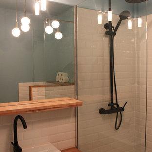 Пример оригинального дизайна: маленькая ванная комната в стиле ретро с инсталляцией, белой плиткой, плиткой кабанчик, синими стенами, полом из керамической плитки, душевой кабиной, накладной раковиной, столешницей из дерева, разноцветным полом и оранжевой столешницей