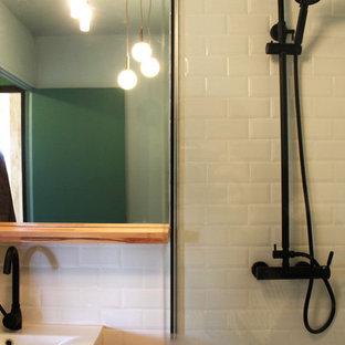 Идея дизайна: маленькая ванная комната в стиле ретро с инсталляцией, белой плиткой, плиткой кабанчик, синими стенами, полом из керамической плитки, душевой кабиной, накладной раковиной, столешницей из дерева, разноцветным полом и оранжевой столешницей