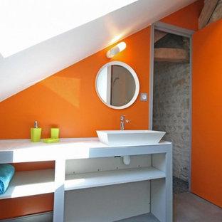 Imagen de cuarto de baño contemporáneo, pequeño, con armarios abiertos, puertas de armario blancas, parades naranjas, suelo de baldosas de cerámica, lavabo encastrado, encimera de azulejos, suelo gris y encimeras blancas