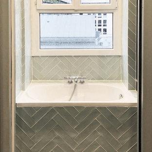 Esempio di una piccola stanza da bagno contemporanea con ante a filo, ante blu, vasca sottopiano, piastrelle blu, piastrelle in ceramica, pareti blu, pavimento con piastrelle in ceramica e pavimento verde
