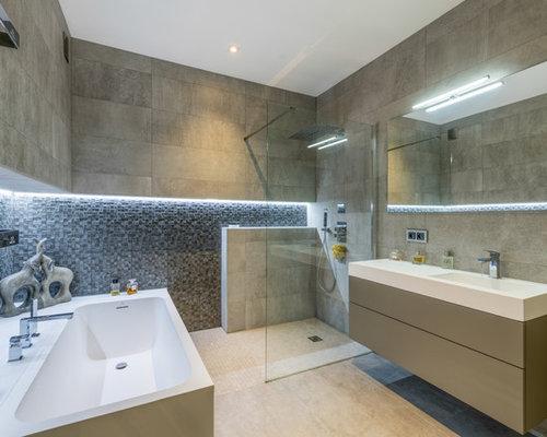 Salle de bain avec un plan de toilette blanc photos et for Joint carrelage douche