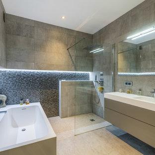Cette image montre une douche en alcôve design avec un placard à porte plane, des portes de placard beiges, un carrelage gris, un lavabo intégré, un sol beige, aucune cabine et un plan de toilette blanc.