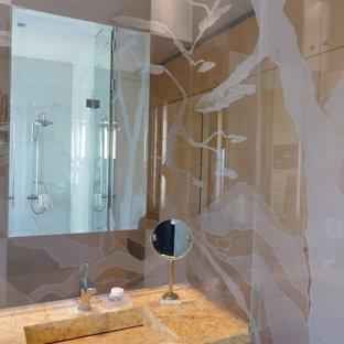 Esempio di una stanza da bagno padronale tradizionale di medie dimensioni con nessun'anta, ante rosse, piastrelle beige, pareti beige, lavabo a consolle, bidè, piastrelle a listelli, pavimento in cementine, top in laminato e pavimento beige
