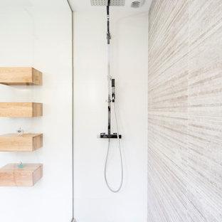 Cette image montre une petite salle d'eau design avec un lavabo encastré, une douche à l'italienne, un carrelage beige, carrelage en mosaïque, un mur blanc et un sol en carrelage de terre cuite.