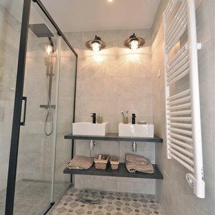 Kleines Industrial Badezimmer En Suite mit bodengleicher Dusche, beigefarbenen Fliesen, Keramikfliesen, beiger Wandfarbe, Zementfliesen, Einbauwaschbecken, gefliestem Waschtisch, beigem Boden und Schiebetür-Duschabtrennung in Lyon